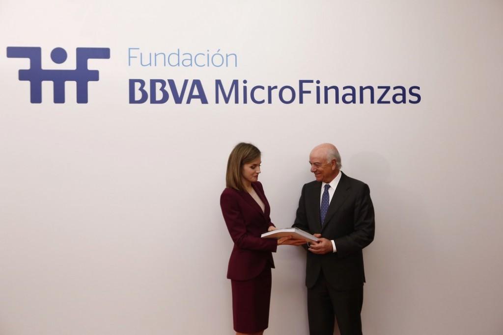 Foto 1 - Francisco González entrega a S  M  la Reina Letizia el Informe de Desempeño Social 2015 de la FMBBVA
