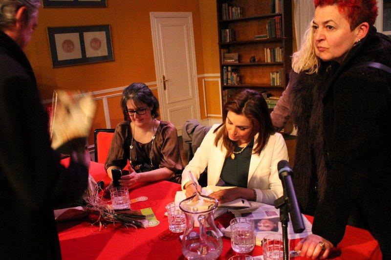 Helena Cosano firmando libros