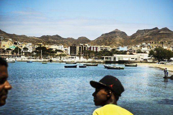 CABO VERDE ELECCIONES:MAR04 MINDELO (CABO VERDE) 16/03/2016.- Dos hombre permanecen en el paseo marítimo de la ciudad de Mindelo (Cabo Verde) hoy, 16 de marzo de 2016. Las elecciones legislativas de Cabo Verde se celebrarán el próximo 20 de marzo. EFE/Mario Cruz