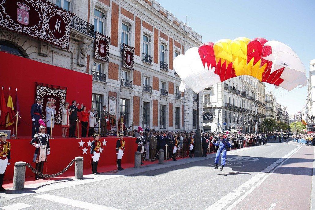 Momento del salto de la patrulla acrobática paracaidista del Ejército del Aire. Foto: D.Sinova / Comunidad de Madrid