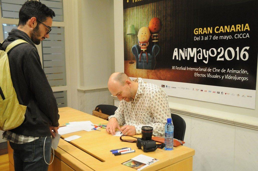 Juan Luis Sánchez firmando autógrafos