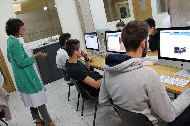Alumnos de 2º de Bachillerato del Colegio Privado San Luis Gonzaga en su clase de DPyL utilizando Naviance. A la izquierda la profesora Keri Szymanski