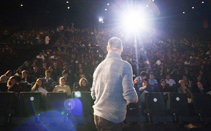 Pedro García Aguado dando una conferencia en la gira Kliquers 2016