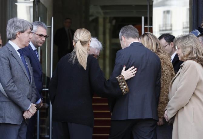 Cristina Cifuentes, miembros de su Gabinete y Concepción Dancausa consuelan a Pierre Labouverie