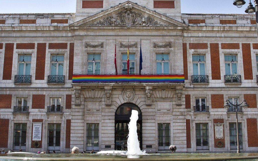 La Bandera Arcoiris En La Sede De La Comunidad De Madrid