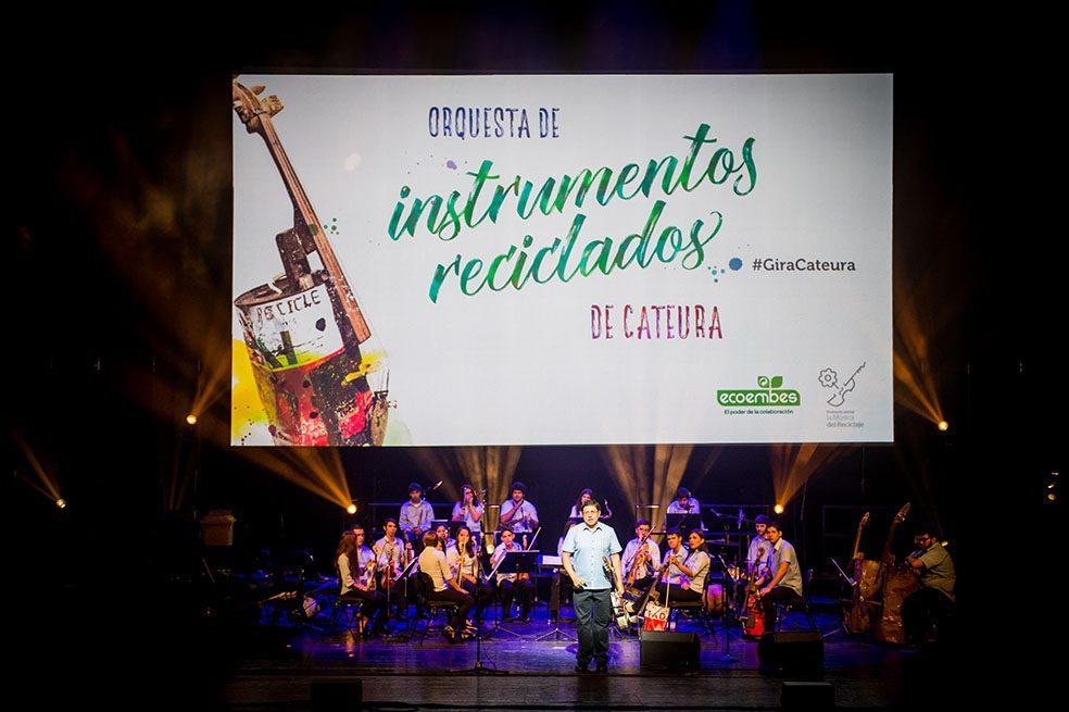 Favio Chávez, en el escenario, junto a la Orquesta de Instrumentos Reciclados de Cateura