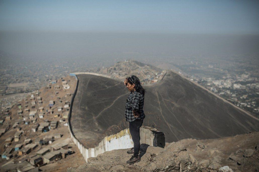 En la imagen, Sara Torres (Perú) se encuentra en la parte alta del cerro de Nueva Rinconada, conocida como Vista Hermosa. Desde este punto se aprecia el 'muro de la vergüenza que separa los asentamientos humanos pobres de la zona rica de La Molina / Foto: Pablo Tosco/Oxfam Intermon