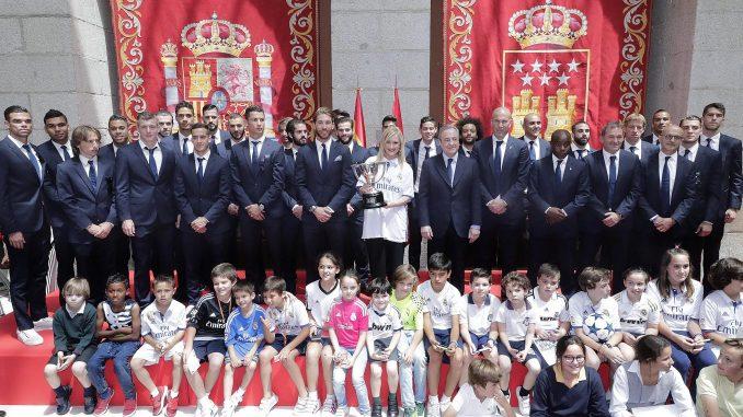 La presidenta regional felicita al real madrid un equipo for Real casa de correos madrid